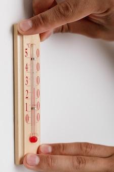 Termometr zamontowany na ścianie w pomieszczeniu