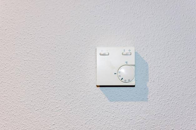 Termostat regulacji temperatury ogrzewania i klimatyzacji.