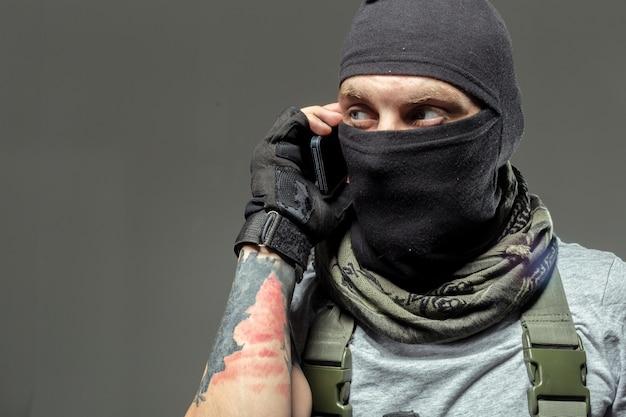 Terrorysta komunikuje się przez radio walkie-talkie