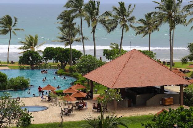 Terytorium hotelu w kurorcie sri lanki. pojęcie turystyki i wypoczynku.