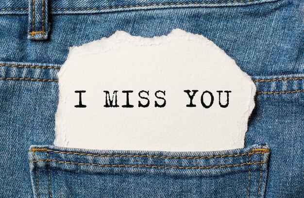 Tęsknię za tobą na podartym tle papieru na dżinsach miłość i koncepcja valentine