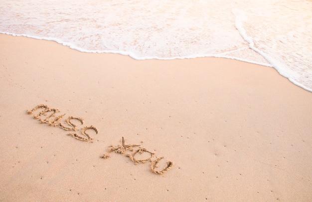 Tęsknię za tobą, słowa na piasku i poruszająca się fala
