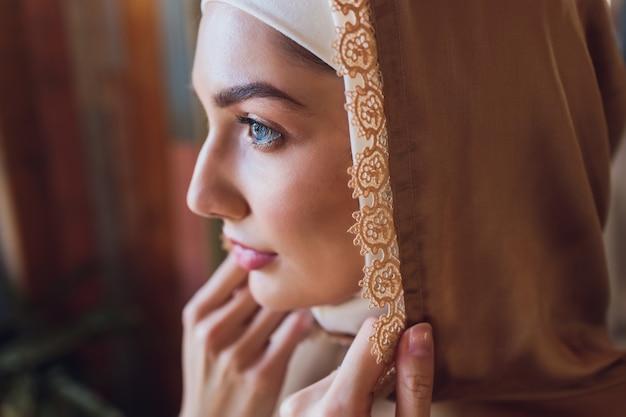 Tesksture i detale odzieży muzułmańskiej.