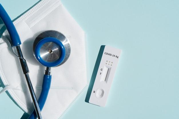 Test antygenu nosowego covid 19 z maską i stetoskopem