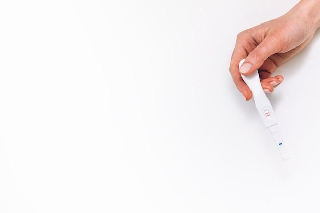 Test ciążowy pozytywny spodziewając się kobiecej ręki szczęśliwe macierzyństwo wolna przestrzeń koncepcji sceny w ciąży
