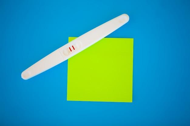 Test ciążowy. wynik jest pozytywny z dwoma paskami. leczenie niepłodności za pomocą tabletek, pomoc w poczęciu dziecka. tabletki z ciąży nie działają, antykoncepcja