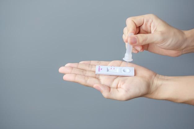 Test na covid-19 z wymazu męskiego za pomocą zestawu rapid antigen test. koronawirusa własny test nosowy lub domowy, koncepcja blokady i izolacji domowej