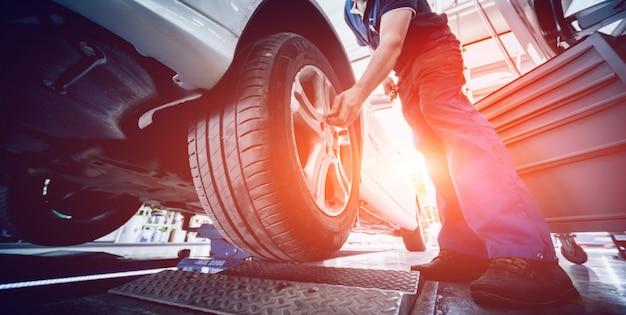 Test zawieszenia samochodowego i rolki testowe hamulca w serwisie samochodowym.