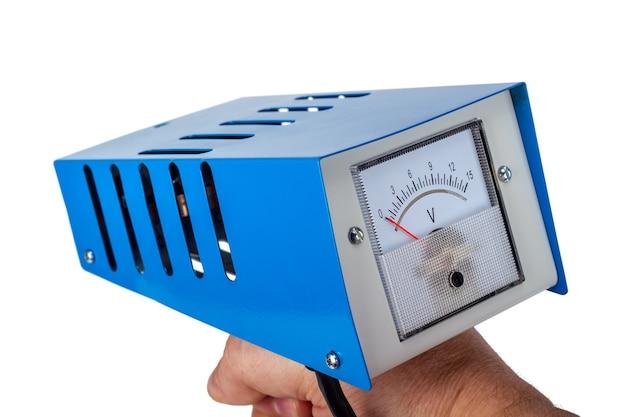 Tester akumulatora samochodowego analogowego, widelec obciążenia test mocy, na białym tle na białym tle.