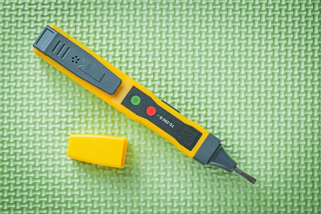 Tester elektryczny detektor na zielonym tle koncepcji energii elektrycznej