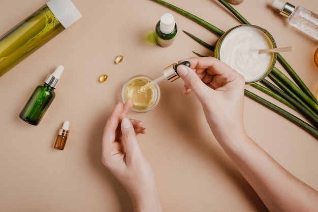 Testowanie kosmetyków kosmetologa kobieta. naturalne kosmetyki organiczne. serum maska do włosów. płasko świeci pastel