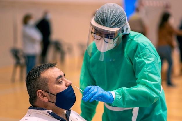 Testy Masowe Są Bardzo Ważnym Narzędziem Wykrywania Pandemii Covid-19 Premium Zdjęcia