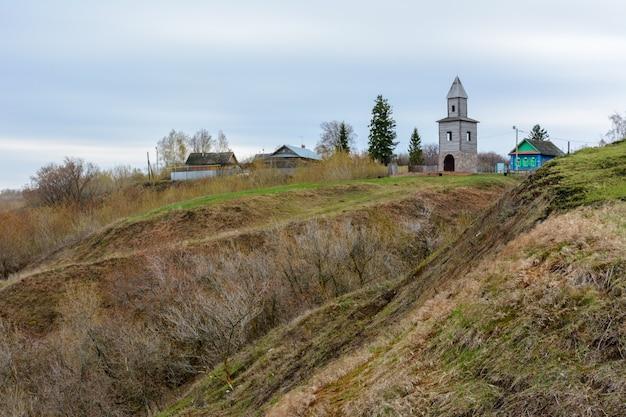Tetyushi, tatarstan – 2 maja 2019 r. drewniana wieża widokowa na wysokiej górze na wybrzeżu wołgi. wieża jest kopią wieży zbudowanej podczas zakładania miasta wojskowego tetyushi.