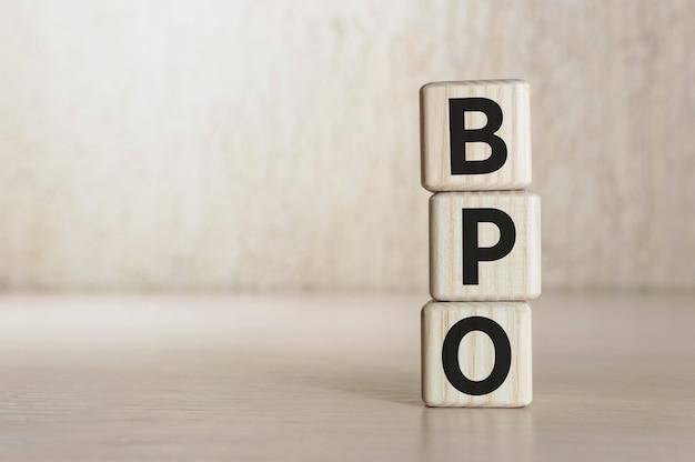 Text bpo - business process outsourcing na drewnianych klockach