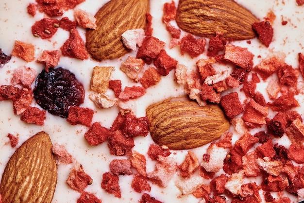 Texuture ręcznie robiona czekolada z suszonymi owocami i orzechami