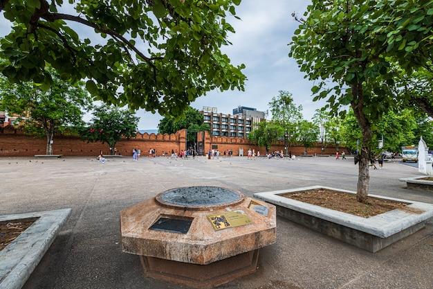 Tha phae bramy chiang mai starego miasta antyczna ściana i fosa w chiang mai północny tajlandia.