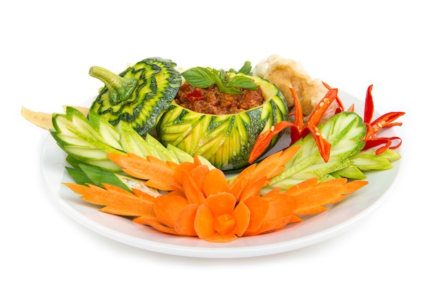Thaifood northern style wieprzowina i pasta pomidorowa chili pikantne z chrupiącą wieprzowiną i vagetable.tajska kuchnia, thaispicy zdrowa żywność lub dietetyczny widok z boku izolowane