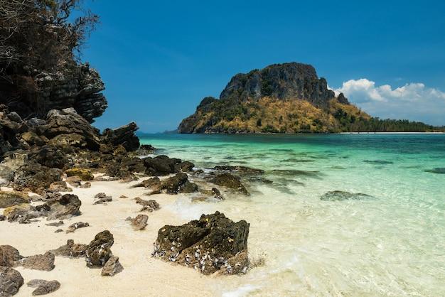 Thale waek lub chodząca mielizna z naturalnym kamieniem, białym piaskiem, turkusowym morzem andamańskim i błękitnym niebem w krabi w tajlandii.