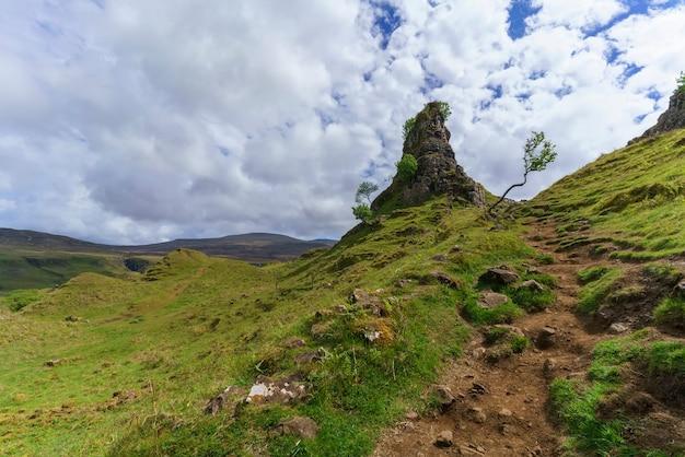 The fairy glen , dziwaczny i zachwycający miniaturowy krajobraz trawiastych, stożkowatych wzgórz latem , uig , szkocja