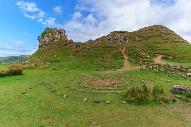 The fairy glen i castle ewen, kamienny krąg i krajobraz trawiastych, stożkowatych wzgórz latem, uig, szkocja