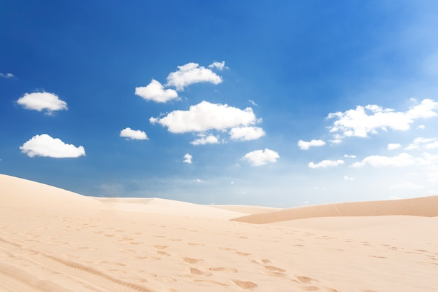 The white dunes (bau sen, bau trang) - punkt orientacyjny w pobliżu mui ne, binh thuan, wietnam.