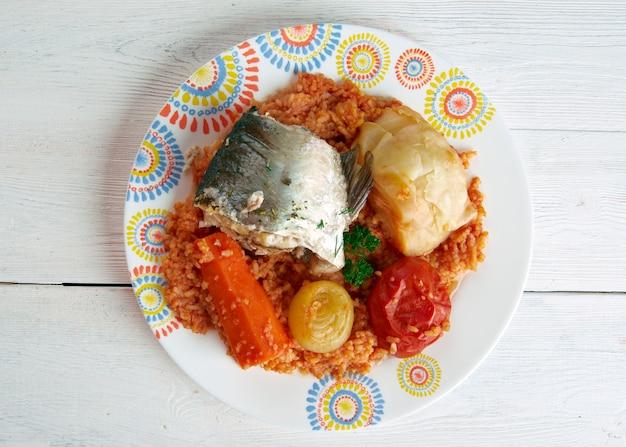 Thieboudienne - tradycyjne danie z senegalu.z ryb, ryżu i sosu pomidorowego