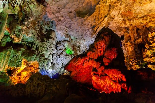Thien cung cave, zatoka halong, wietnam