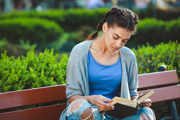 Thouhtful piękna afrykańska dziewczyna czyta książkę