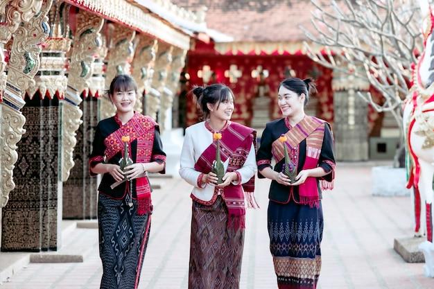 Three thai girl w plemieniu phu thai stoi w obszarze świątyni thai