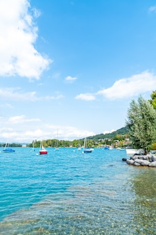 Thun jezioro z górą w szwajcaria