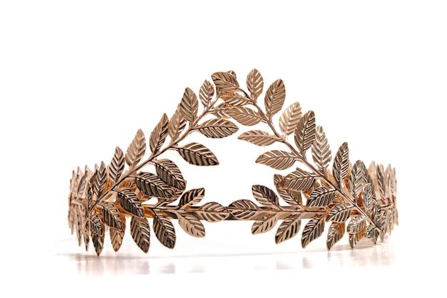 Tiara ze złotymi liśćmi