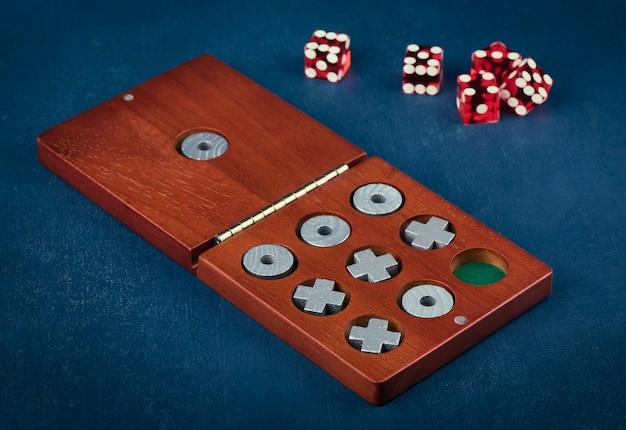 Tic tac toe w drewnianym pudełku i kostce do gry