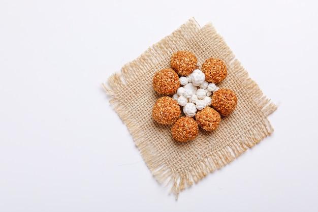 Til gul or sweet sesame laddu dla indyjskiego festiwalu makar sankranti