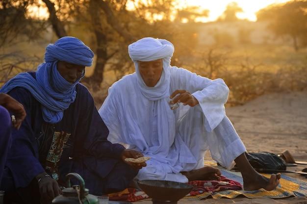 Timbuktu mali 02september2011 tuareg pozuje w obozie w pobliżu timbuktu