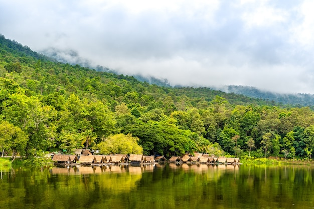 Timelapse jeziora huay tueng tao w pochmurny dzień