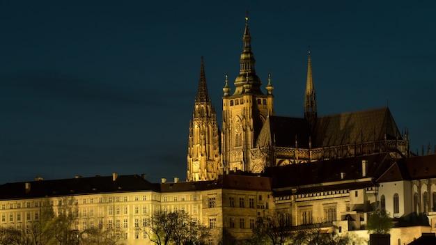 Timelapse oświetlonego zamku praskiego w nocy