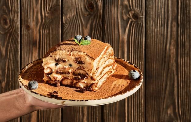 Tiramisu to tradycyjny włoski deser.