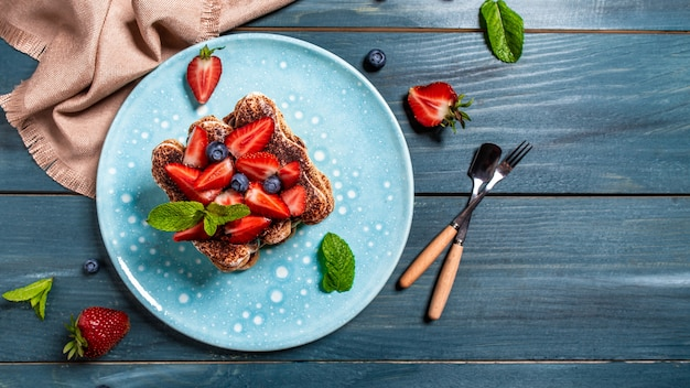 Tiramisu truskawkowe z mascarpone i jagodami