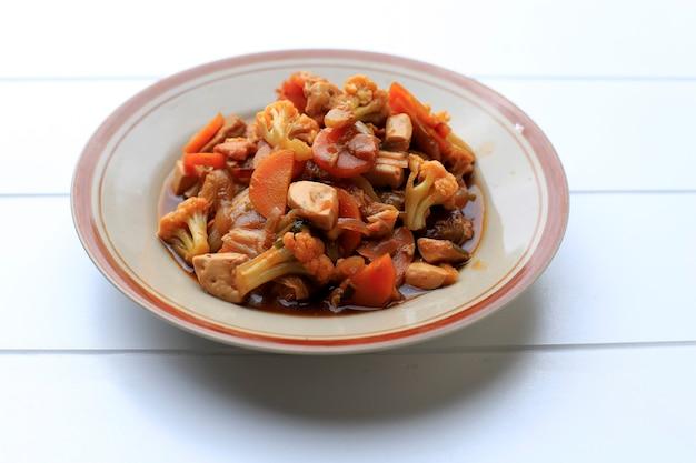 Tjap cay lub cap cay, indonezyjski stir fry warzyw z wpływem chińskiej żywności, na białym tle na białym tle, miejsce na tekst