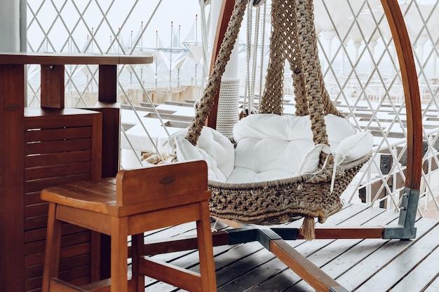 Tkana huśtawka na tarasie luksusowego hotelu w pobliżu morza