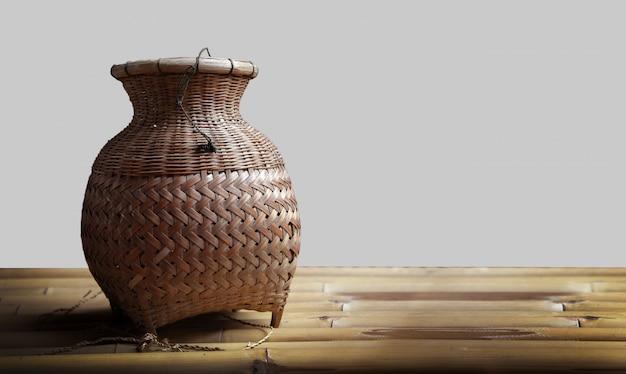 Tkana torba z rattanu do połowów w tajskiej kulturze wiejskiej