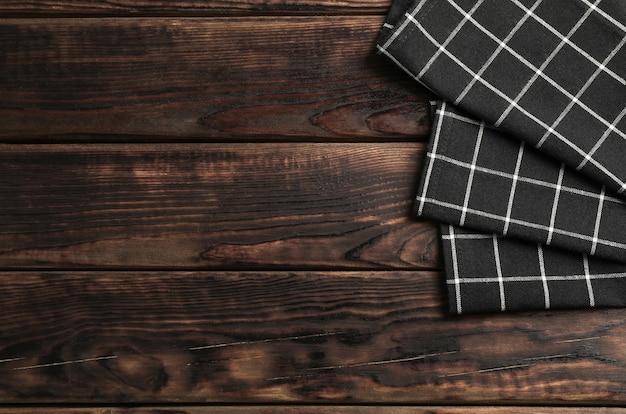 Tkanin serwetki na drewnianym tle, przestrzeń dla teksta
