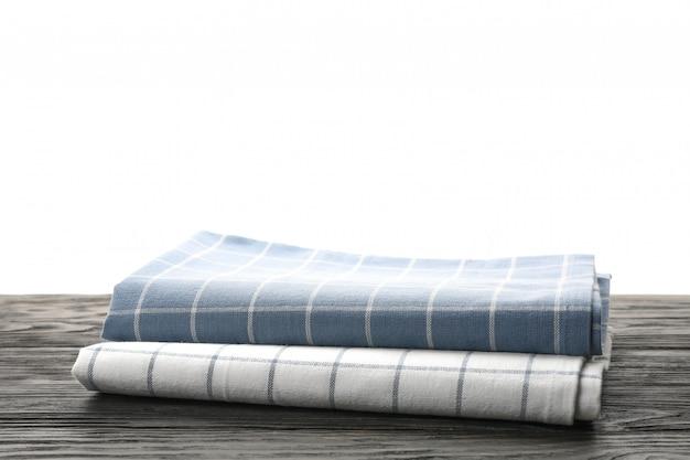Tkanin serwetki na stole przeciw białemu tłu, przestrzeń dla teksta