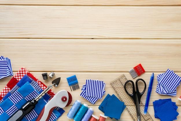 Tkanina i dodatki do szycia na drewnie