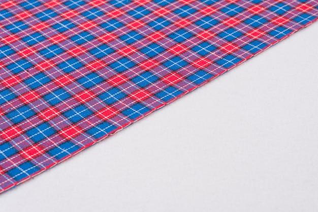 Tkanina w klatce z czerwonym niebieskim, tekstura, tło.