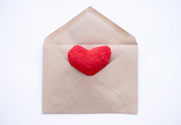 Tkanka czerwone serce na kopercie rzemieślniczej. przyjazny dla środowiska walentynki.