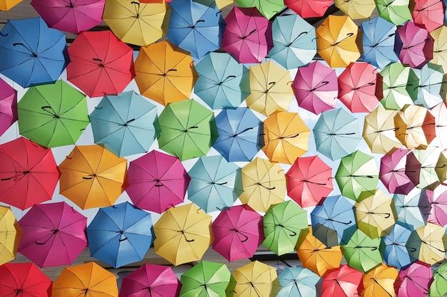 Tła kolorowy parasolowy obwieszenie na ulicie w bordoskim francja
