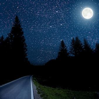 Tła nocne niebo z gwiazdami i chmurami