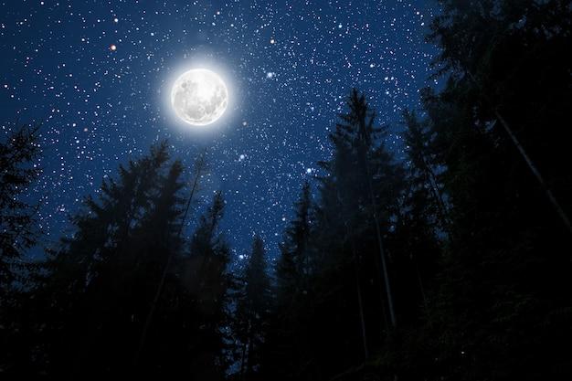 Tła nocne niebo z gwiazdami, księżycem i chmurami. elementy tego zdjęcia dostarczone przez nasa