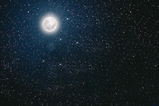 Tła nocne niebo z gwiazdami, księżycem i chmurami.